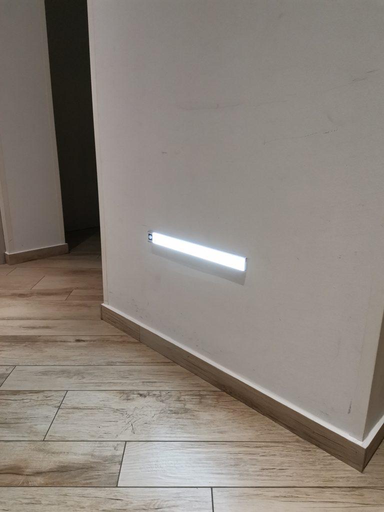 Luč z vgrajenim senzorjem in magnetno ploščo za enostavno pritrditev LUMISMART photo review